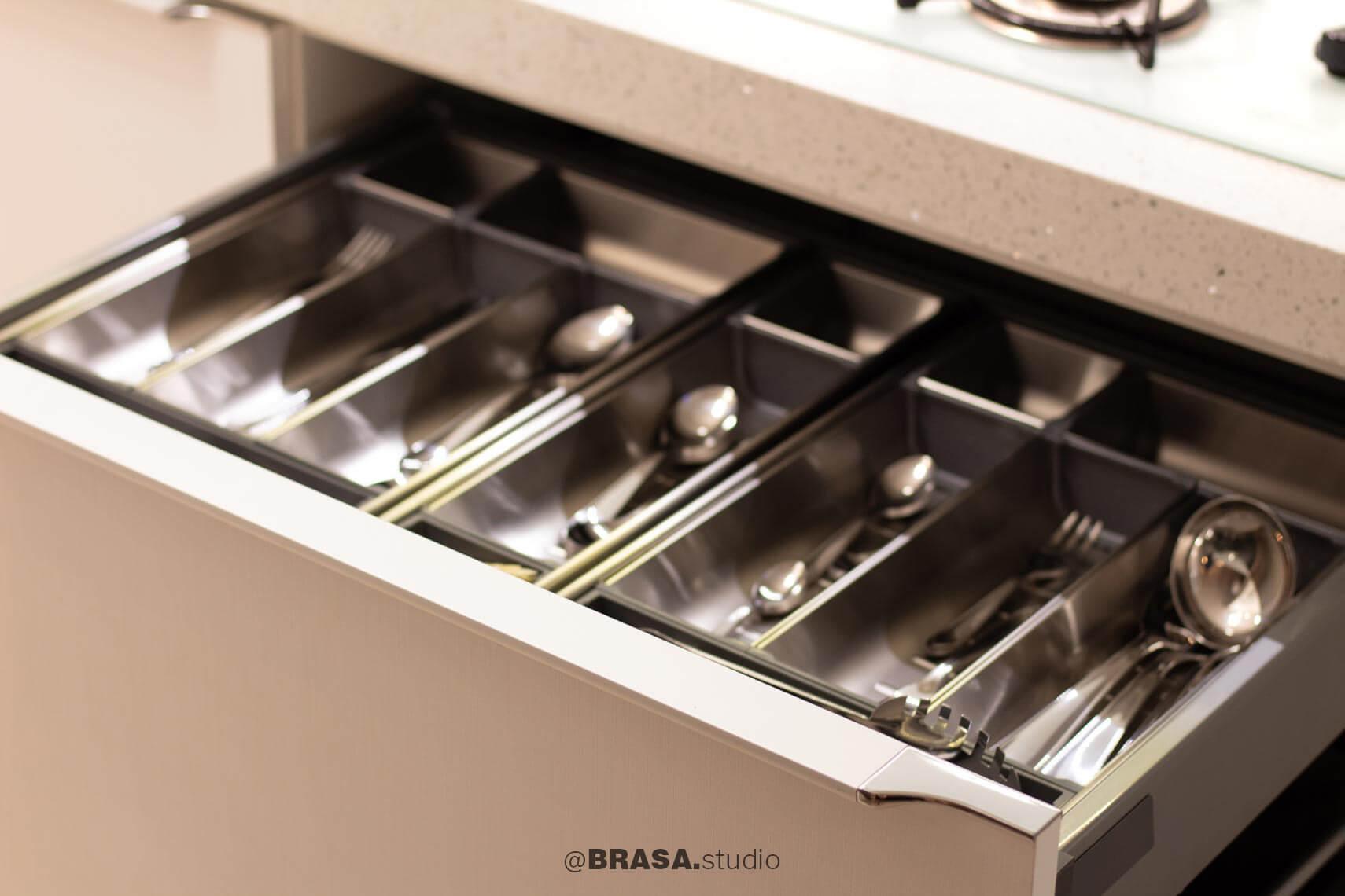 Projeto de interiores de apartamento, fotografia da cozinha, detalhe da gaveta de talheres - BRASA studio